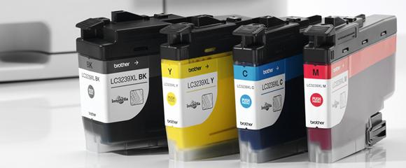 Toner originali CMYK Brother pronti per essere aggiunti ad una stampante