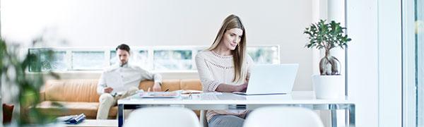 donna seduta a una scrivania su un computer portatile
