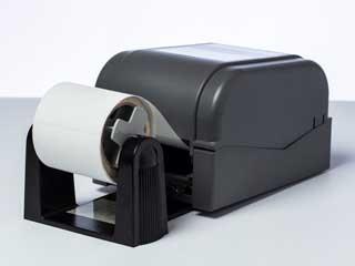 Porta rotolo installato su una stampante di etichette Brother TD-4D