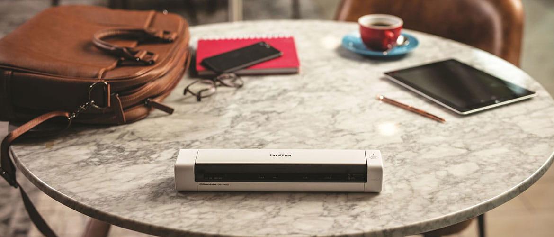 scanner Brother su un tavolo con accessori per lavorare