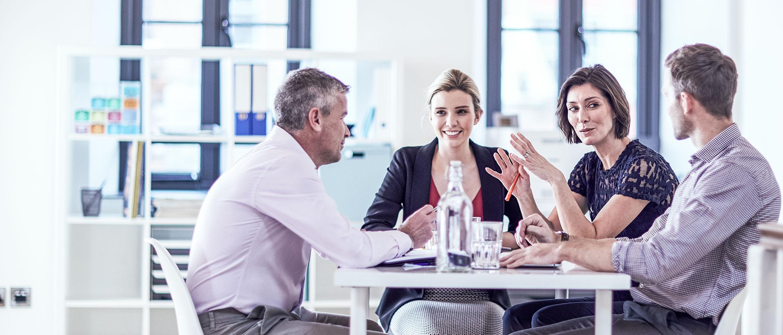 collegi seduti al tavolo in riunione
