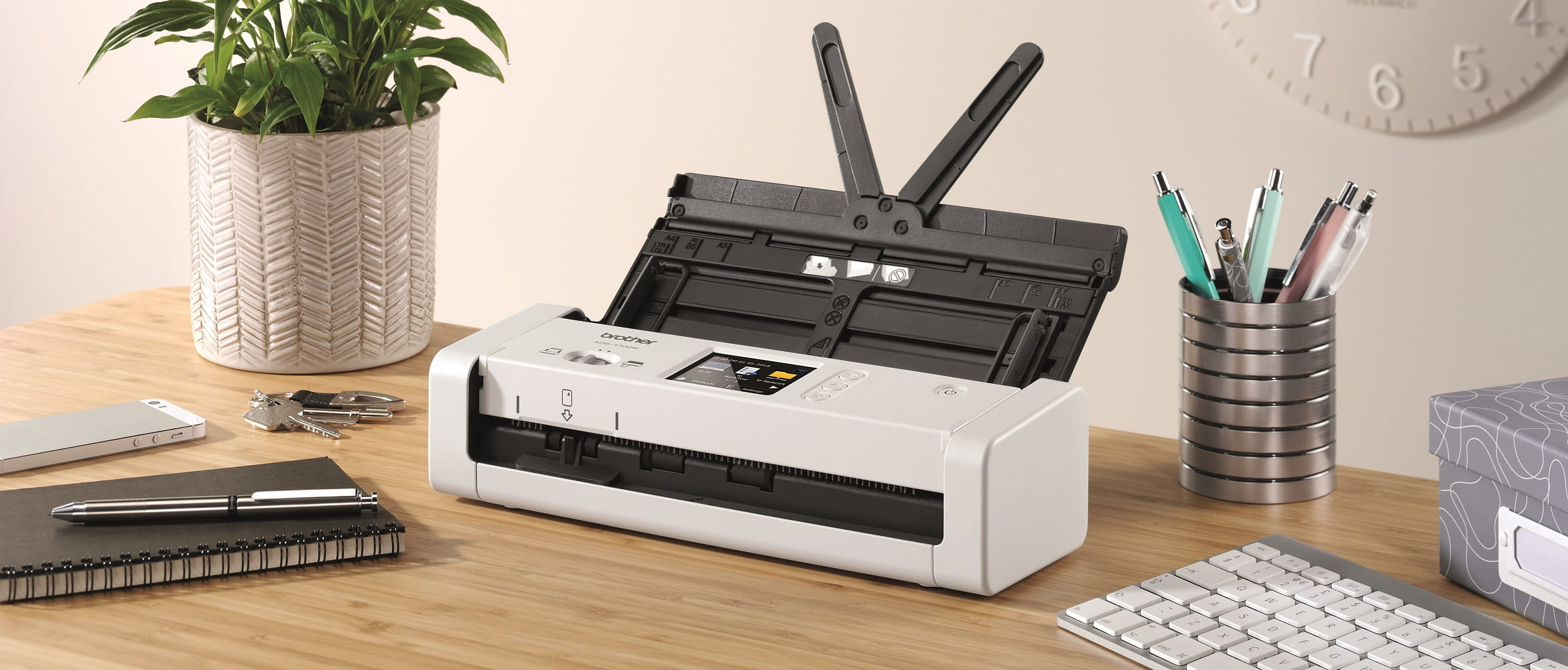 Scanner compatto Brother ADS1700w su una scrivania in ufficio