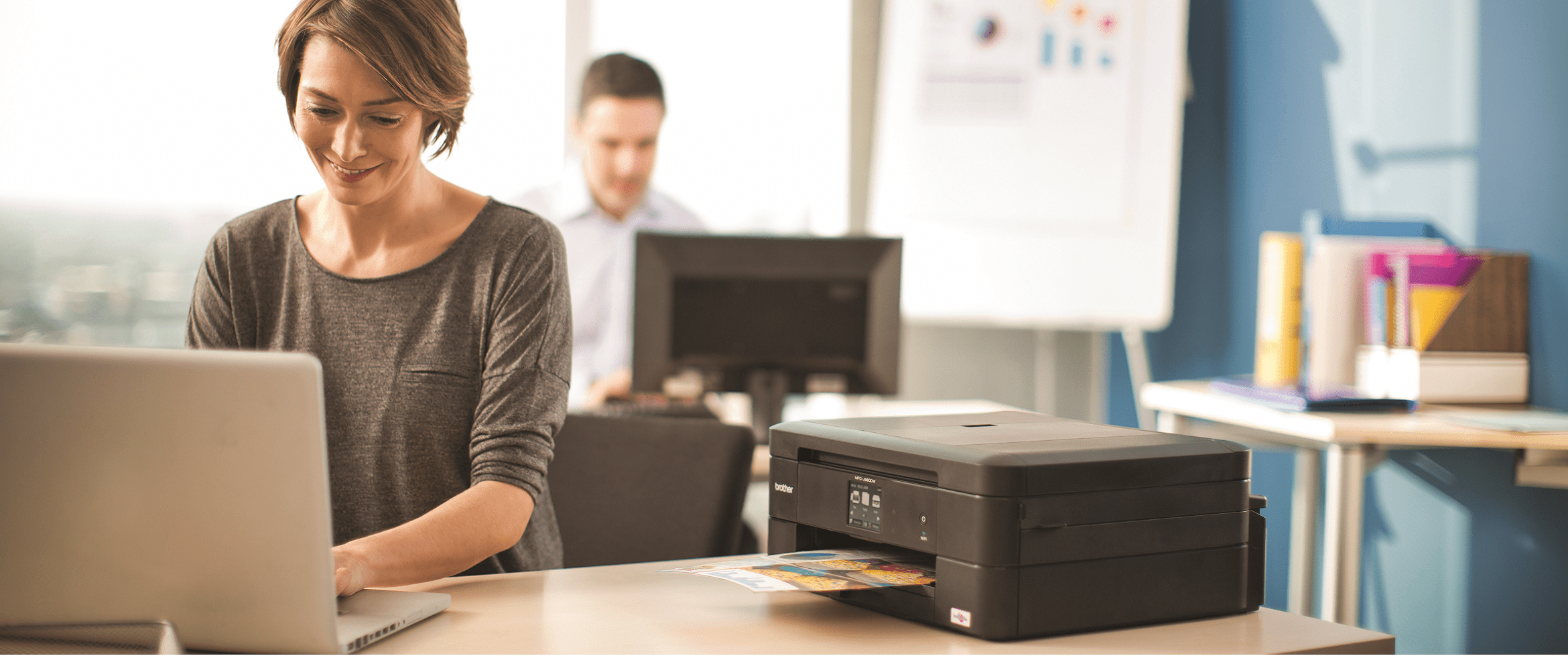 stampante all in one con ragazza che usa un computer portatile