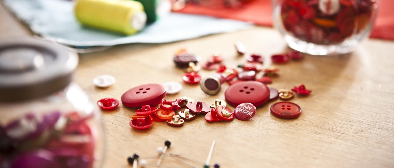 Bottoni e spilli per cucire su un tavolo