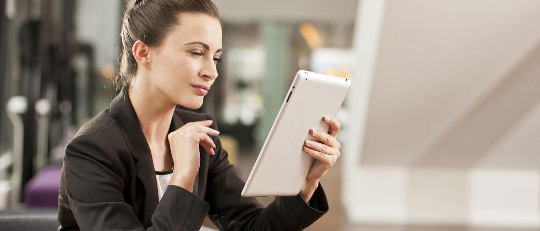Ragazza utilizza il suo tablet