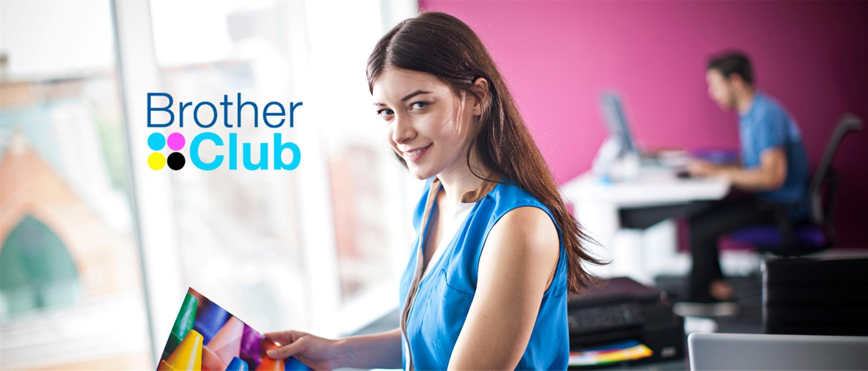 Ragazza sorridente con foglio a colori stampato con la stampante inkjet Brother e logo Brother Club