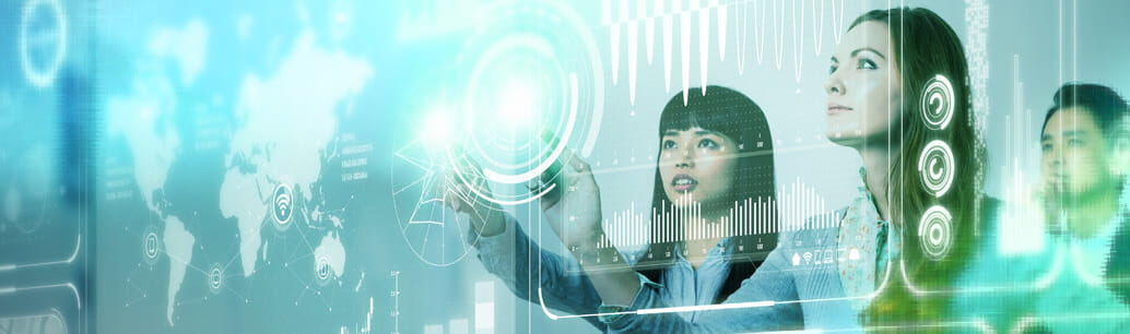 Ufficio del futuro. Donne che guardano uno schermo touch con grafici.