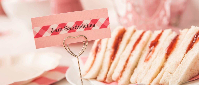 Etichette Brother TZe utilizzate in cucina con dei sandwich