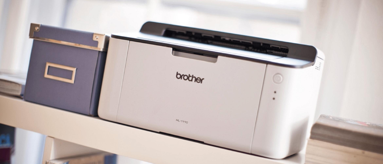 stampante con contenitore su scaffale