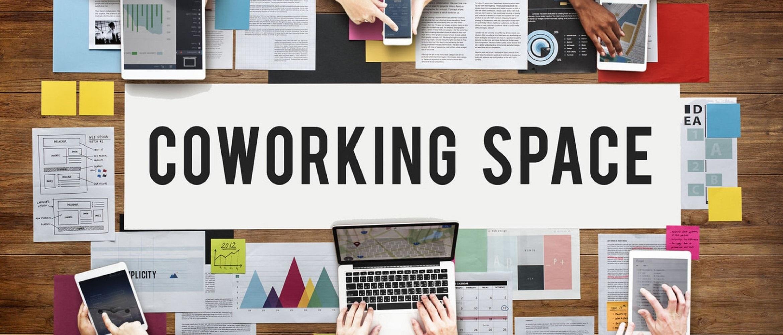 Spazio coworking con scritta
