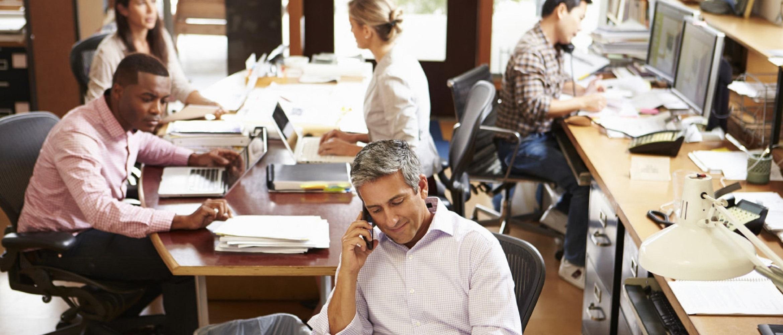 Impiegati al lavoro nel loro ufficio