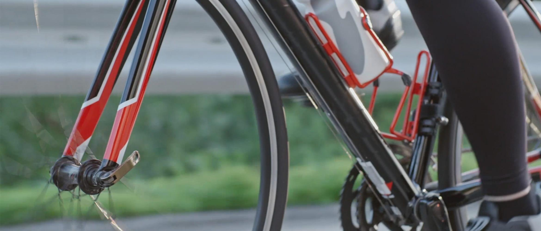 Persona che pedala su una bicicletta
