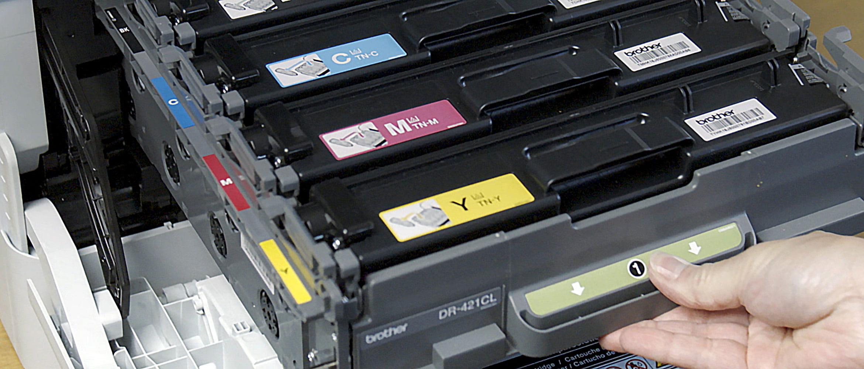 Persona che inserisce i toner originali in una stampante Brother