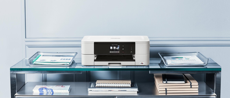Stampante multifunzione inkjet Brother MFC-J895DW sopra un tavolo