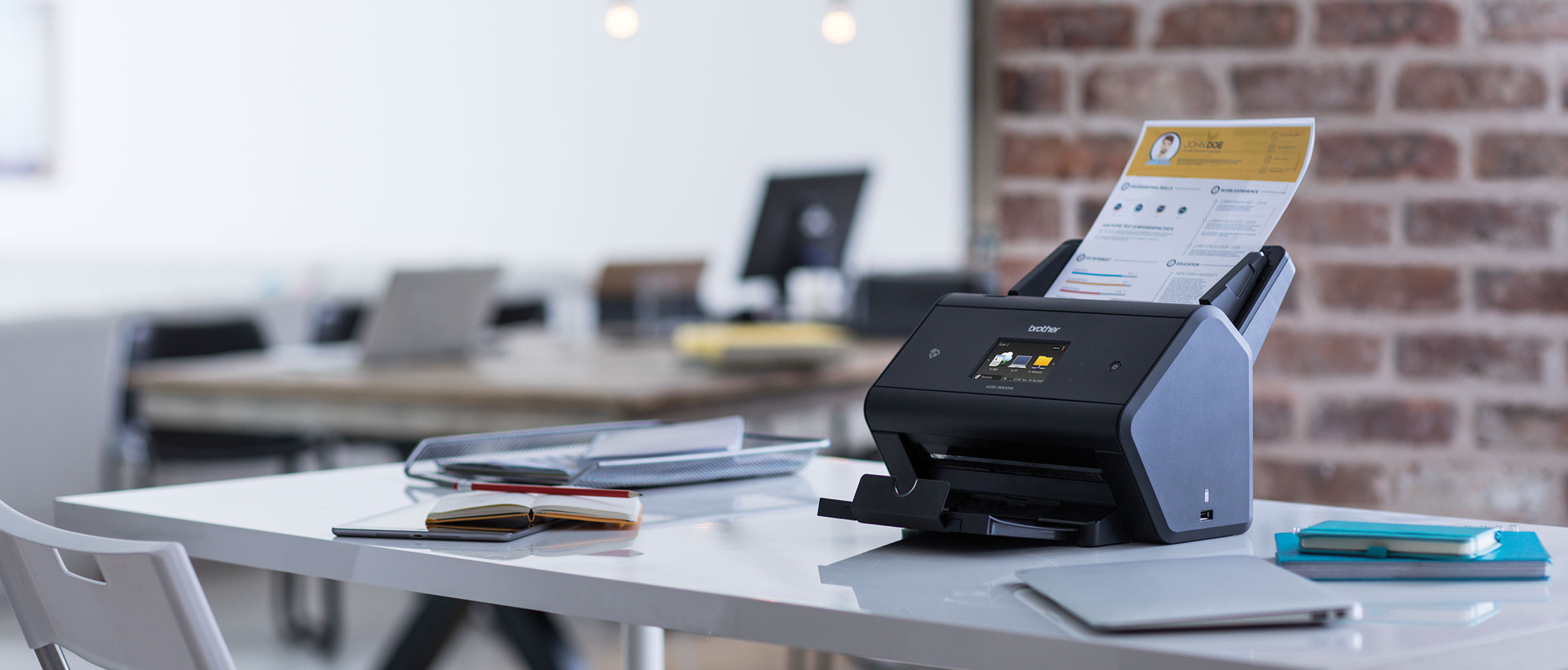 Scanner Brother ADS-3600W sopra una scrivania di un ufficio