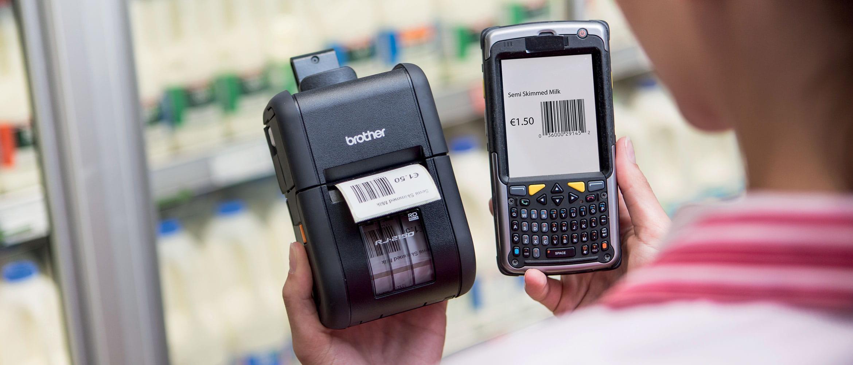 Donna con stampante portatile Brother RJ stampa etichetta con prezzo