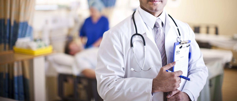 Medico con camice e stetoscopio in ospedale