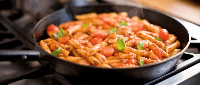 buona pasta con diversi ingredienti su una padella