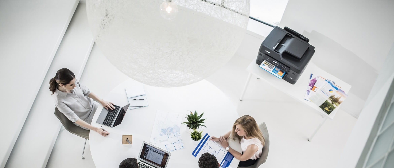 Stampante multifunzione A3 Brother MFCJ6930DW in un ufficio open-space