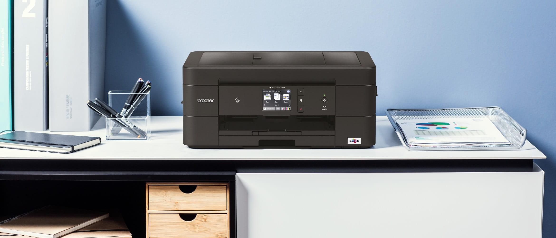 Stampante multifunzione inkjet Brother MFC-J890DW su scrivania