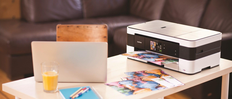 Stampante multifunzione inkjet con A3 Brother MFCJ4620DW su un tavolino in casa