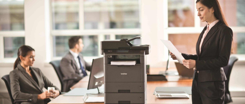 Impiegata con foglio stampato da stampante multifunzione laser monocromatica Brother MFC-L5750DW