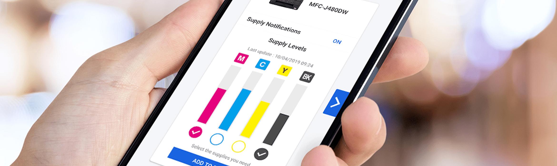 una mano tiene in mano uno smarpthone con schermata app My Supplies
