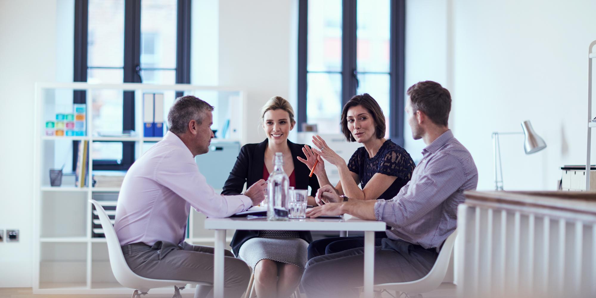 team work tra colleghi seduti al tavolo in ufficio
