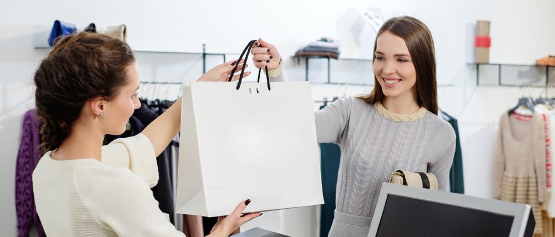 Ragazza sorridente acquista in un retail