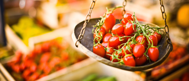 pomodori e altri piatti e ingredienti da servire nella ristorazione