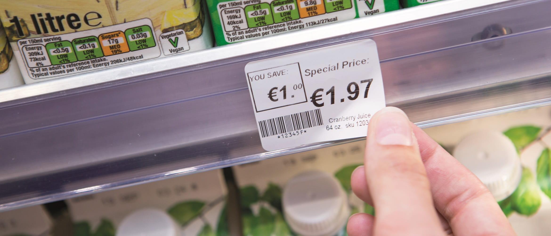 Etichetta adesiva con prezzo, creata da etichettatrice Brother RJ2150, attaccata in un supermercato