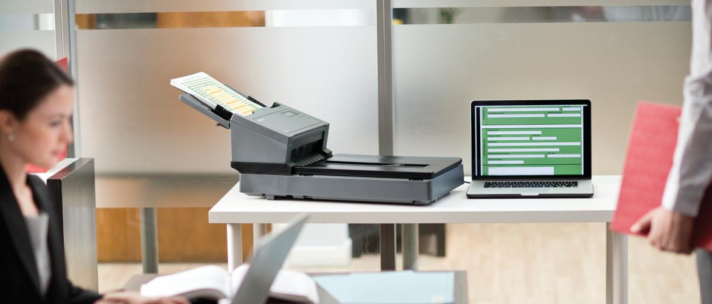 colleghi in ufficio con scanner professionale Brother PDS5000F