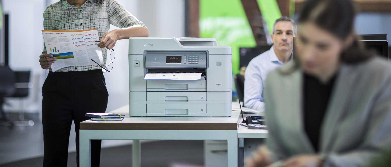 Stampante multifunzione inkjet A3 Brother Serie X all'interno di un ufficio