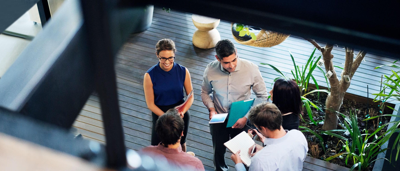 colleghi parlano di lavoro in un ufficio open space