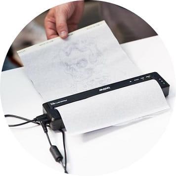 Stencil in fase di stampa con la stencil machine Brother PocketJet