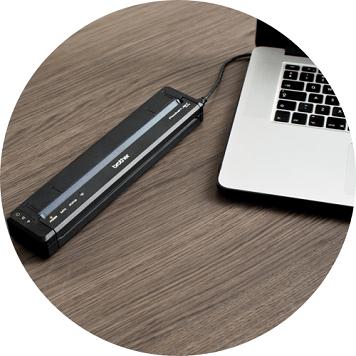 Stampante portatile PockeJet collegata al PC tramite cavo USB