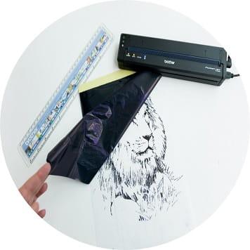 Stencil con leone stampato con la stampante portatile Brother PockeJet