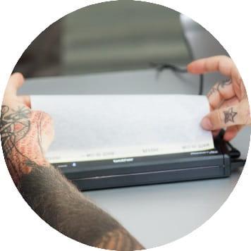 Stencil per tatuaggio inserito nella stampante portatile Brother PocketJet PJ-723