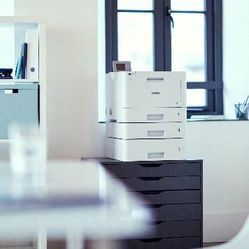 Stampante professionale laser a colori Brother in ufficio