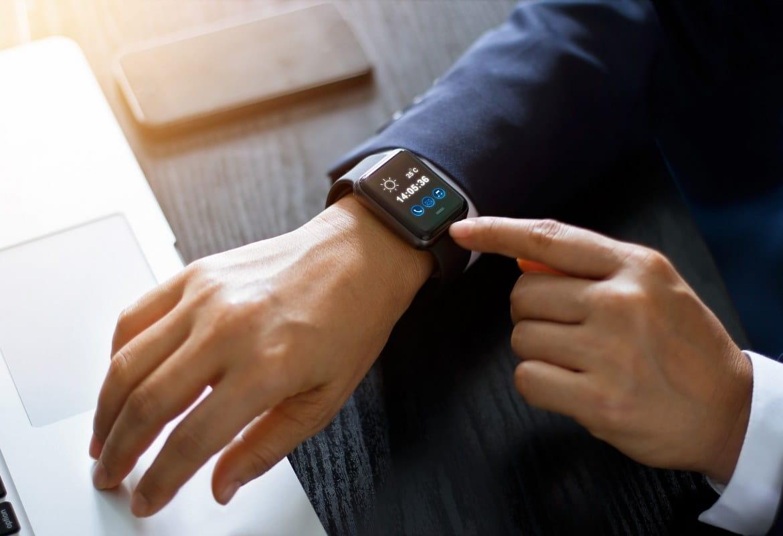 Un uomo indossa lo smartwatch nel luogo di lavoro del futuro