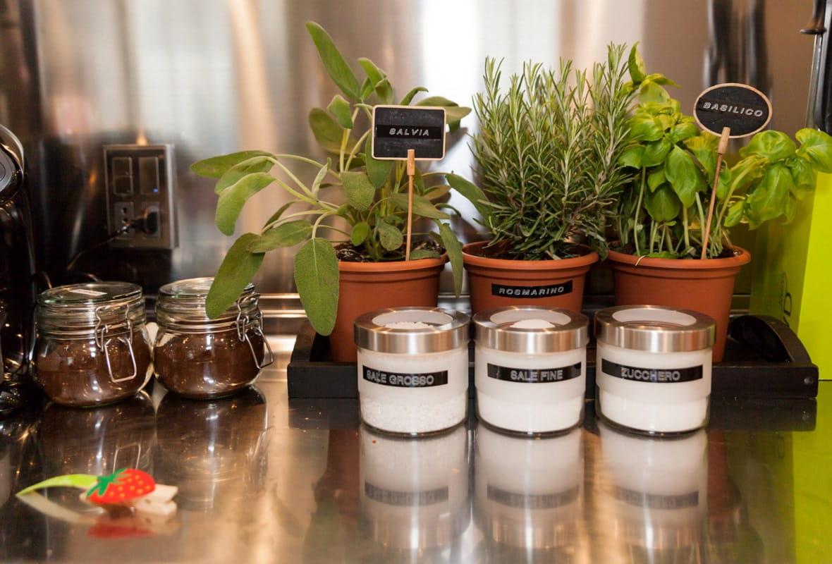 Barattoli e orto in casa etichettato con etichettatrice palmare senza fili Brother PT-H100LB