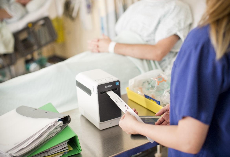 Braccialetto per uso medico stampato con etichettatrice per il settore sanitario Brother TD2130NHC