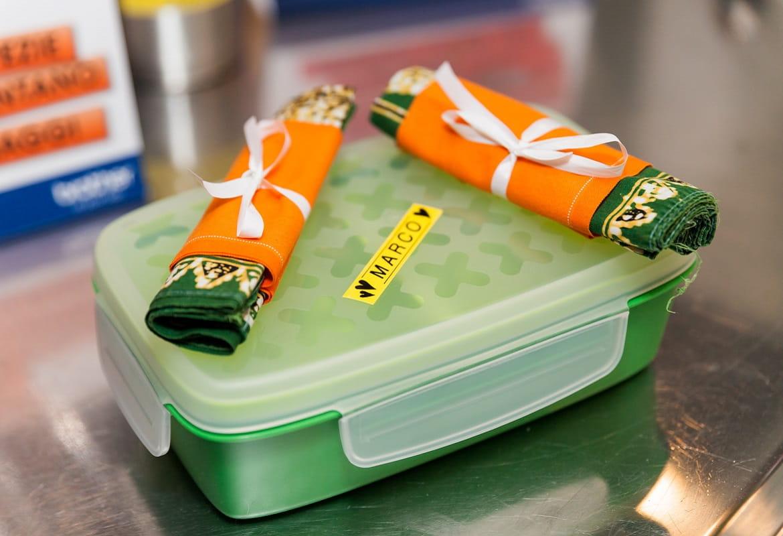 Contenitore per il pranzo etichettato con etichetta gialla creata con etichettatrice Brother P-touch 100LB