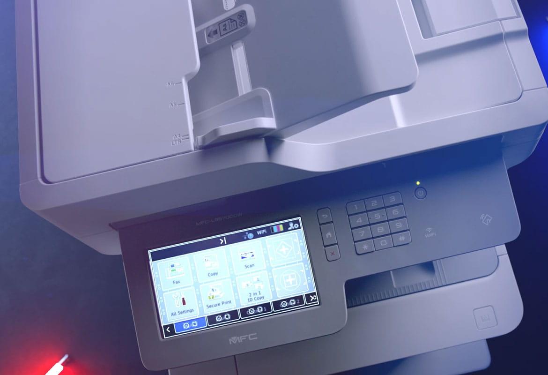 multifunzione Brother MFC-L9570CDW con icone sullo schermo touchscreen