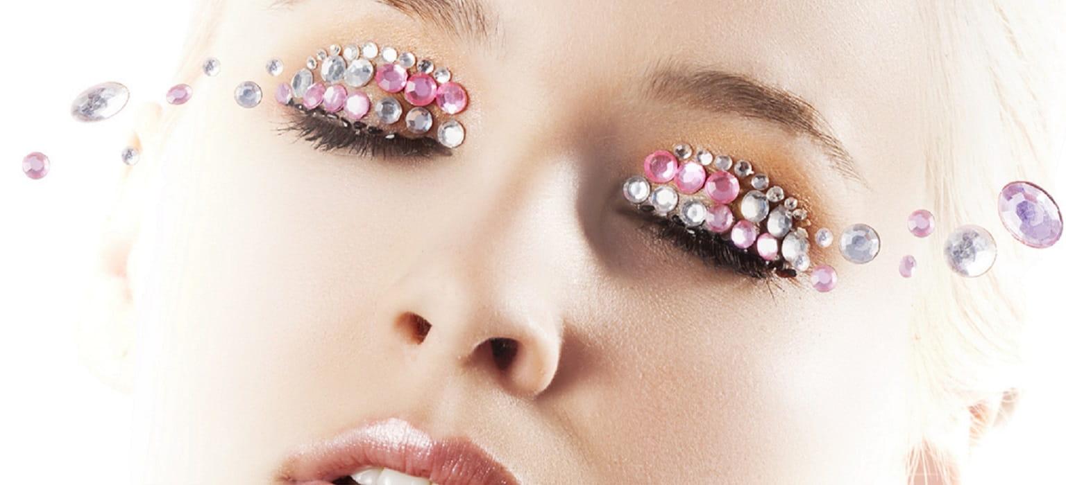 Donna truccata sugli occhi con perline