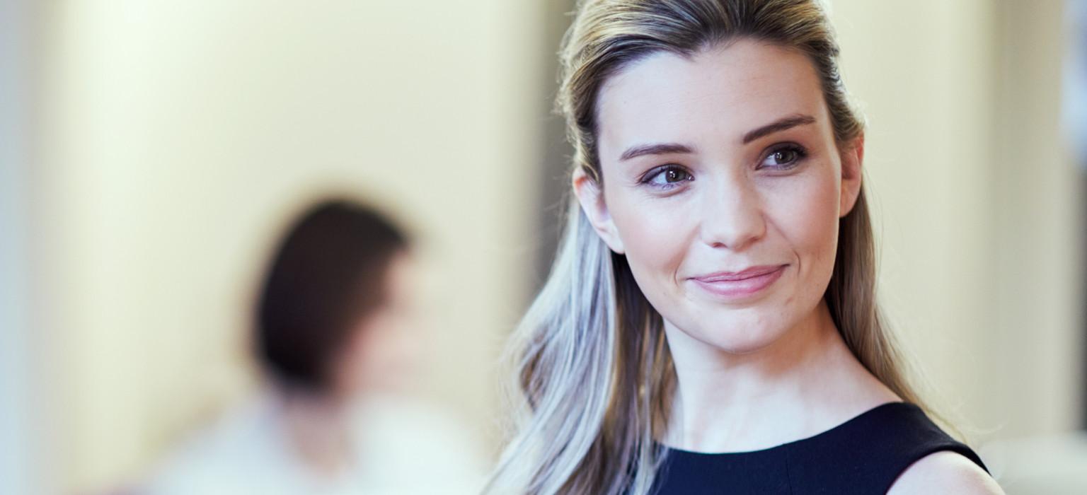 Donna sorridente in ufficio