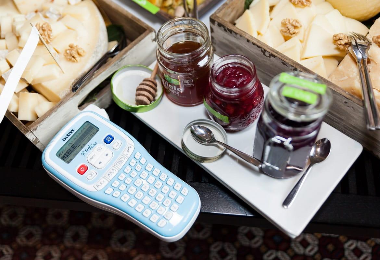 Vasetti e piatti con cibo etichettati con etichettatrice Brother PT-H100LB