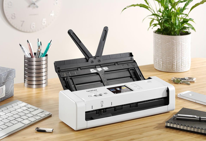 Scanner compatto Brother ADS-1700W su scrivania di legno arredata