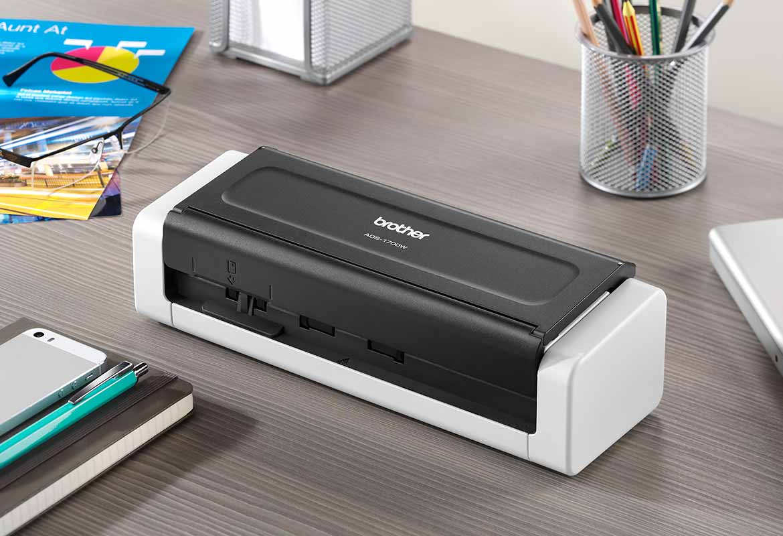 Scanner compatto Brother ADS-1700W su una scrivania grigia