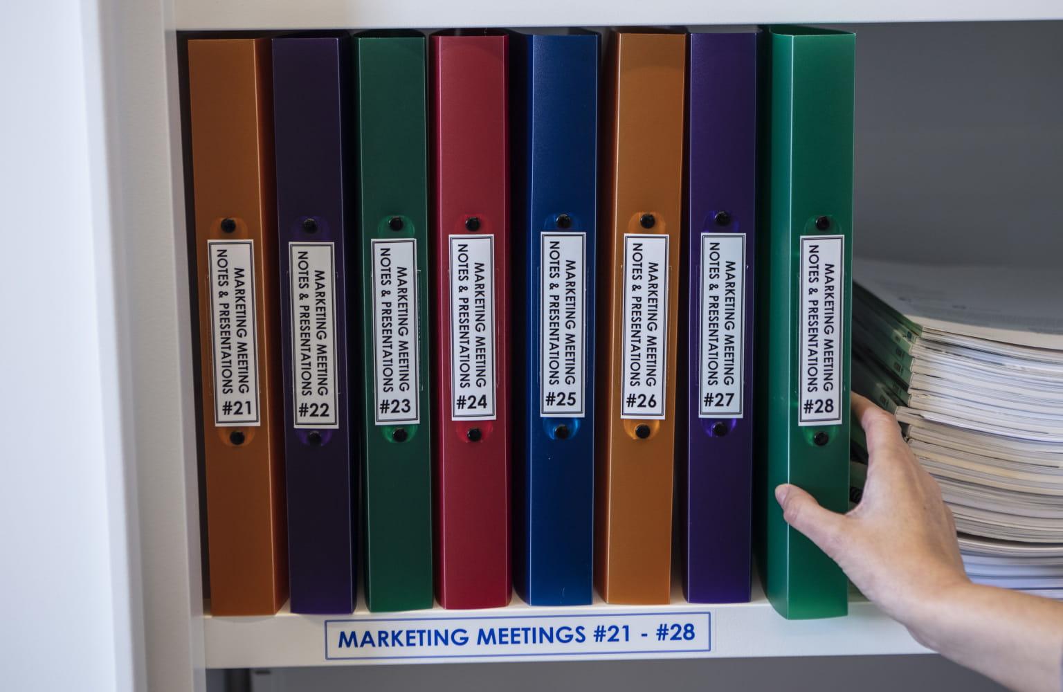 Raccoglitori colorati etichettate con un'etichetta Brother P-touch